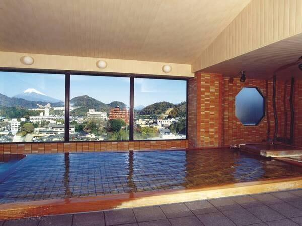 【大浴場】大きくつくられた窓からは絶景の富士山を望む