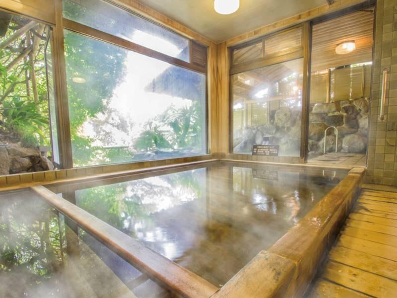 【ひのきの湯/内湯】趣ある檜造りの湯船