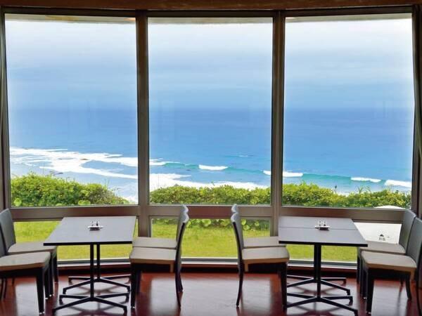 【レストラン】大きな窓の外には海のパノラマが広がる