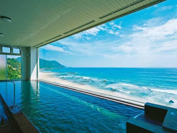 【展望大浴場】大きな窓から白い砂浜と海を一望できる