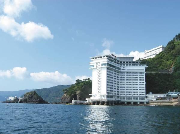 【外観】岬の先端にせり出すように建つ絶景ホテル