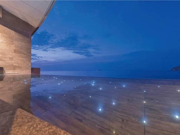 夜になると、露天風呂の湯底が幻想的に灯る
