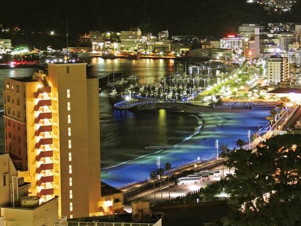 【熱海サンビーチ※徒歩約10分】昼間は海水浴場として賑わい、夜はライトアップも