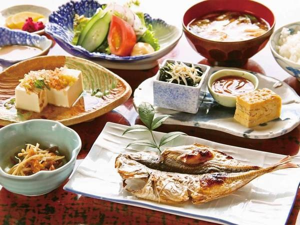【朝食】網代名物!脂ののった鯵の干物など/例