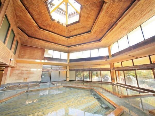 【ホテルサンバレー伊豆長岡 本館】300坪の広大な敷地に伝統ある日本庭園や種類豊富な15種の湯殿。珠玉の現代日本画や美術品を、館内の各所に常設展示しており、まるで美術館に宿泊しているよう。