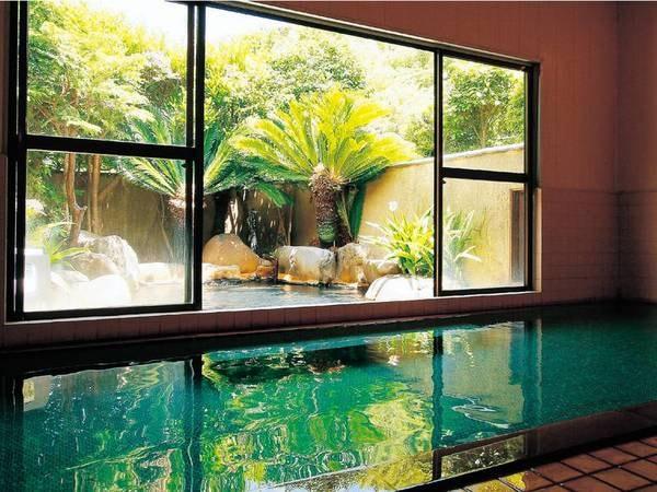 【大浴場】周囲の素朴な田舎風情に調和して、自然に囲まれた広い湯船