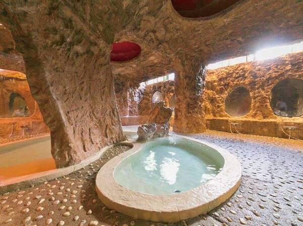 【浴場/ローマ風呂】代理石の湯舟とステンドグラス