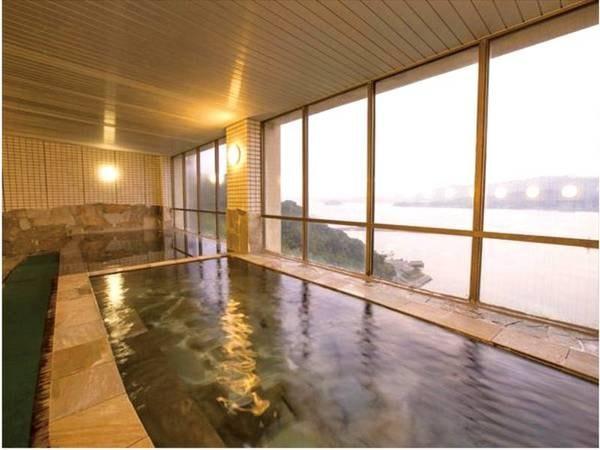 【大浴場/パノラマスパ】三河湾と三ヶ根の山々を眺めながら湯浴み