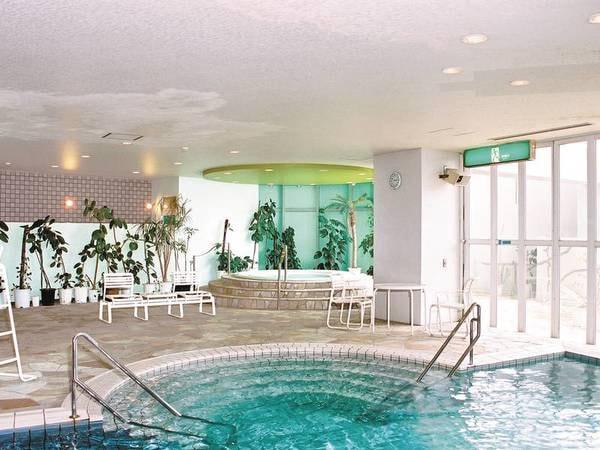 【温水プール】一年通して利用できるので、いつでもリゾート気分を満喫できる。利用無料なのも嬉しい♪