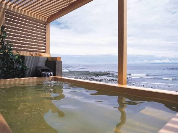 【オテル・ド・マロニエ内海温泉】目の前に伊勢湾が広がる海辺のホテル。海底より湧き出る塩化濃度の高い温泉から絵画のような海景色を望む。
