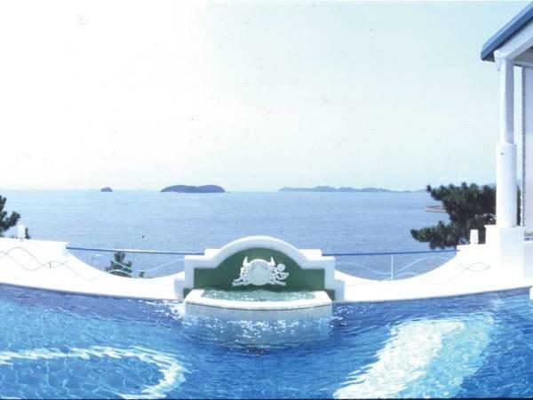 【露天風呂・天恵の湯(昼)】穏やかに晴れ渡る青い空と青い海