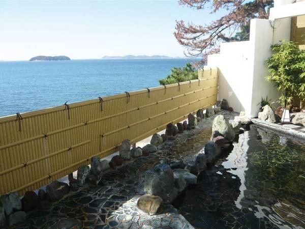 【露天風呂・四季の湯(昼)】青い海を望む岩風呂