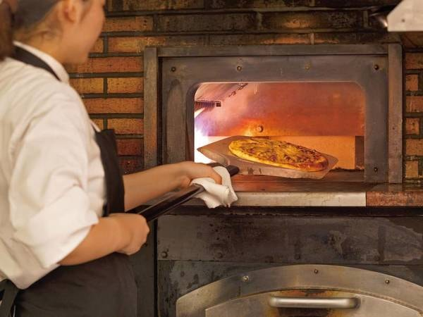 【ピッツァ/例】本格石窯で一枚一枚、丁寧に焼き上げる