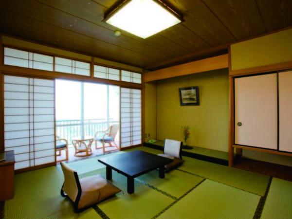 【客室/例】海と山々を望む、落ち着いた雰囲気の和室へご案内