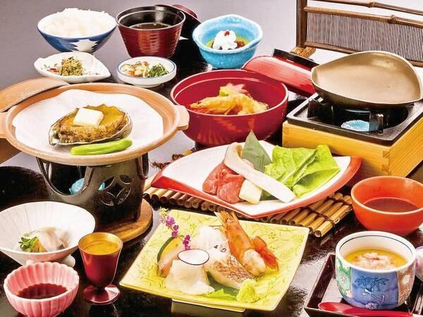 【夕食/例】あわび陶板焼き(大人おひとりごとに1個)をはじめ、旬魚など南知多の食材を使用した料理を楽しめる。