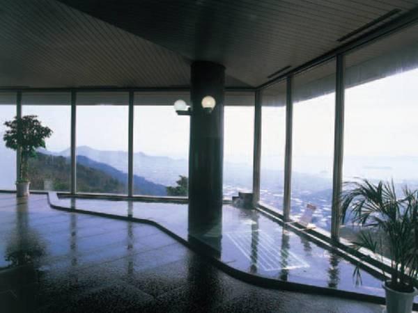 【大浴場】大きな窓が開放的