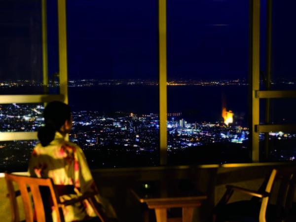 澄んだ夜景と星空を一望できる和室へご案内/客室例