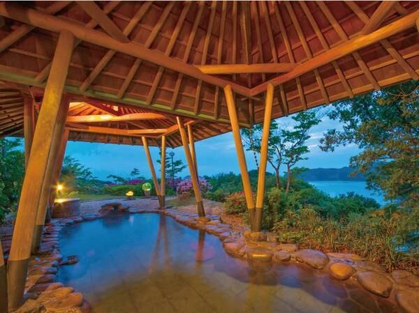 【大浴場】広々とした景色を眺めながら名湯・榊原温泉の湯が注がれた湯殿で湯浴みを愉しみたい
