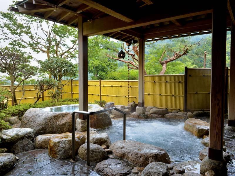 【庭園岩露天風呂】緑を眺めながら湯あみを