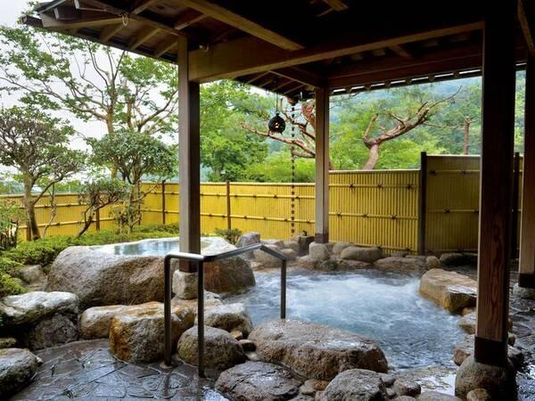【鹿の湯ホテル】クチコミ総合評価94点(7/1時点)の大人気宿。御在所岳の大自然を感じるお宿。四季を感じる庭園岩露天風呂をはじめ、寝風呂やジャグジー風呂など様々な風呂を堪能。平日は貸切風呂を無料で利用できる。