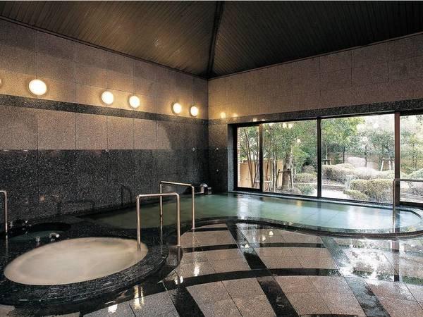 【大浴場】庭園を眺めながら入る大浴場は、心癒されるひととき