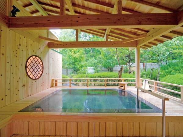 【露天風呂】神秘的な杜の空間