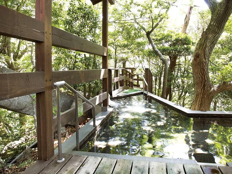 【大浴場】秘湯気分を味わえる自然に囲まれた離れの露天風呂