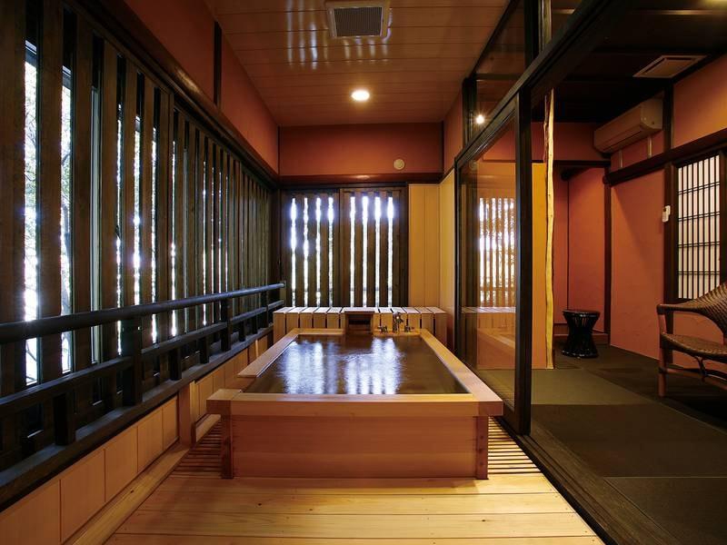 【貸切風呂/日の出】木の香芳しい檜造りの「日の出」の湯。格子からこぼれる日差しやせせらぎの音に、しばし癒しのひとときを。