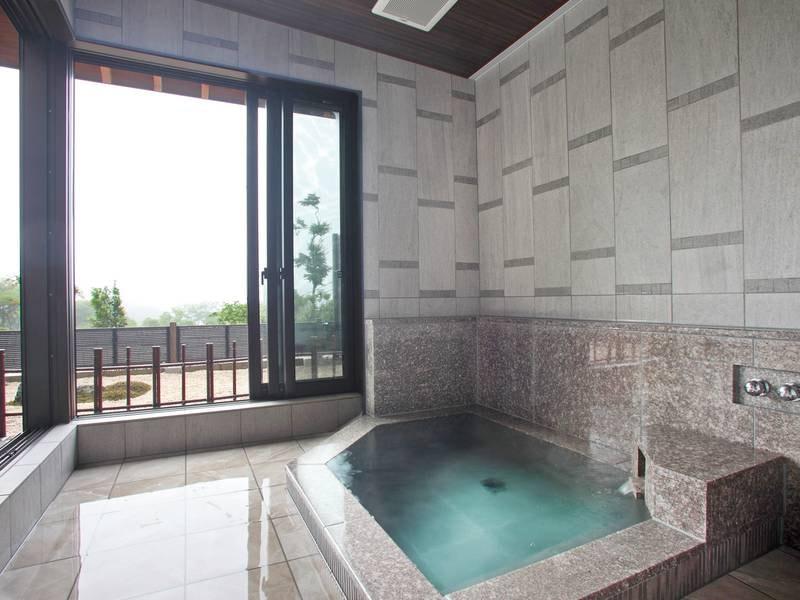 【貸切風呂/松仙】ほてった体をデッキに出てひと休み。自然豊かな湯の山の空気を感じる
