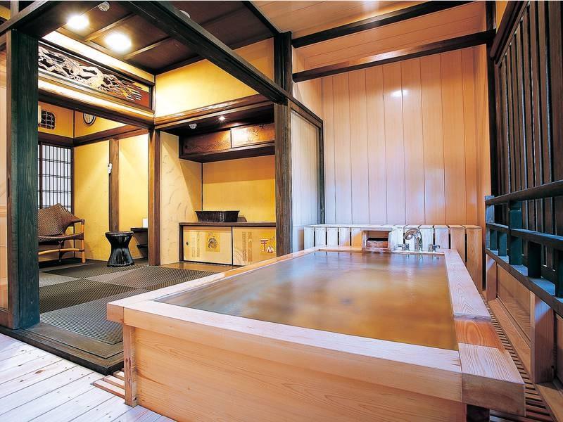 【貸切風呂/鶴亀】凛とした和空間を感じさせる檜造りの「鶴亀」の湯