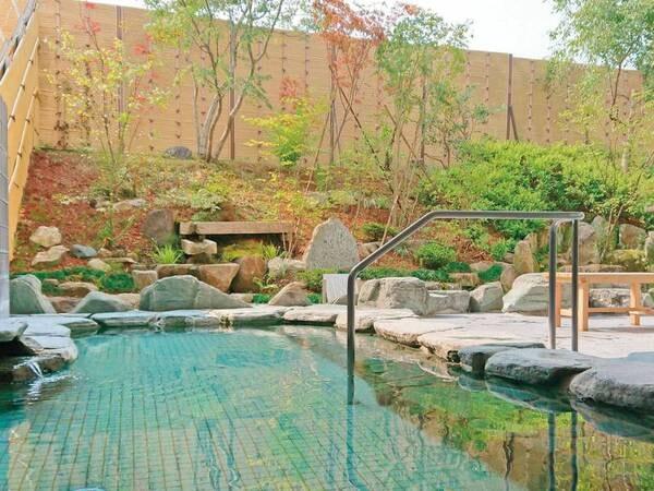 【和風露天風呂(朝)】 自家源泉のツルスベ美肌の湯。開放的な露天風呂に癒される。