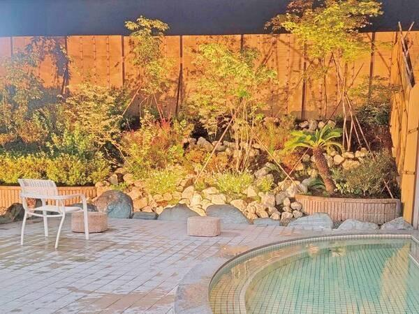 【洋風露天風呂(夜)】和風風呂とは一転、タイル貼りの洋風風呂 雰囲気の異なる和風と洋風の天然温泉を満喫できる。