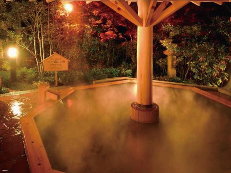 【庭園天風呂・癒しの湯】檜の浴槽に浸かりながら四季折々の自然を満喫