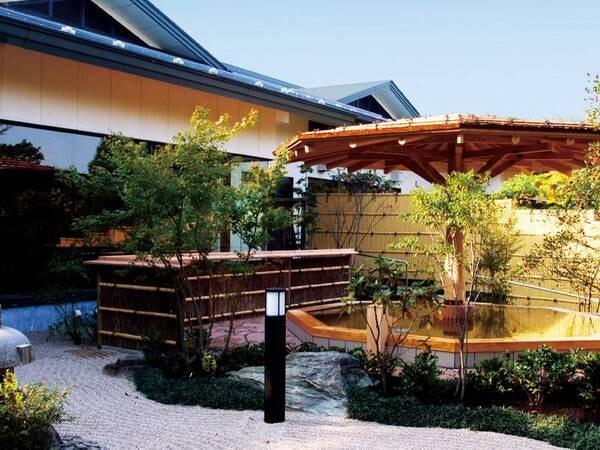 【庭園天風呂・癒しの湯】四季折々の自然を愛でながら、湯浴みを愉しめる。