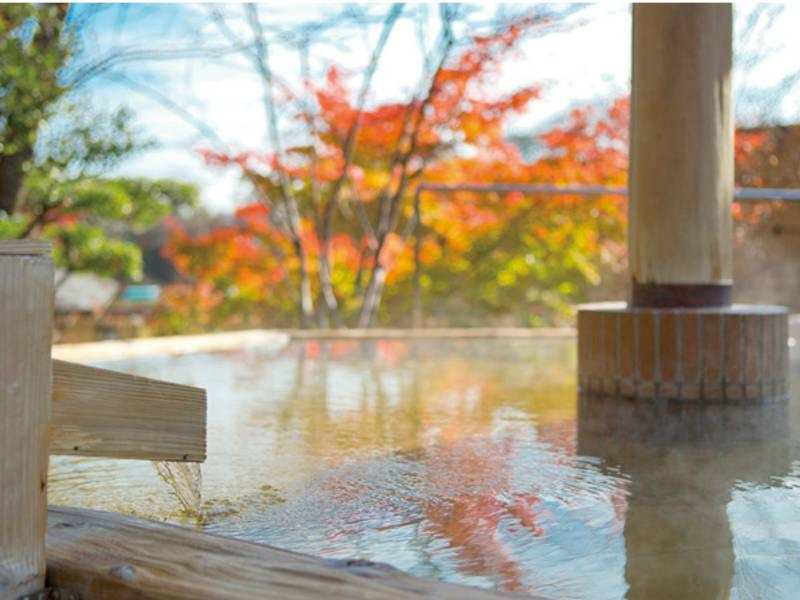 【庭園風呂・癒しの湯(晩秋~初冬)】良質な源泉が滾々と注がれる。
