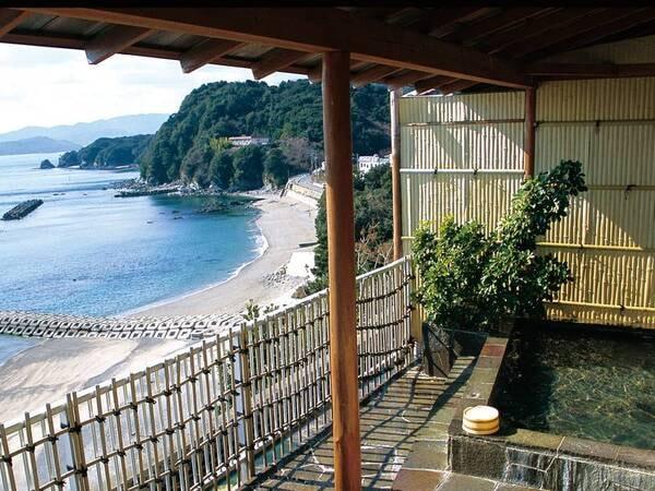 【大浴場】高台から見下ろす鳥羽湾の島々を行き交う舟を眺めながら、のんびり湯あみを