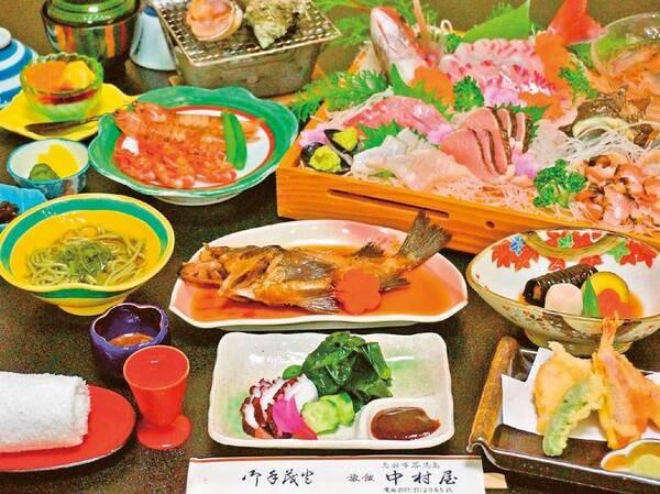 【地魚姿盛り付!島の幸満喫プラン/例】島で水揚げされた鮮魚のお造りや天ぷらなど約10品が並ぶ