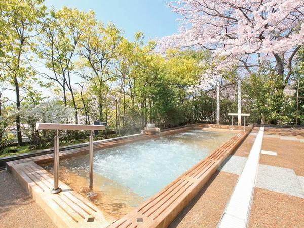 露天風呂(桜は例年4月上旬頃)