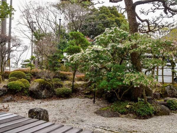 【*庭園】縁側にすわってのんびり庭を眺めて休息。