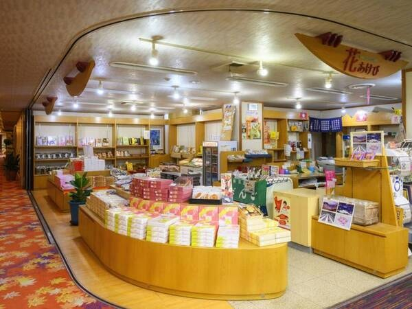 【売店】福島会津のたくさんのお土産品や日本酒を取り揃えている