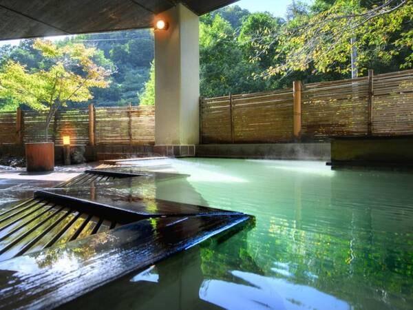 やませみの湯:檜の露天風呂/広くはありませんが、自然と温泉を楽しめるやすらぎ空間
