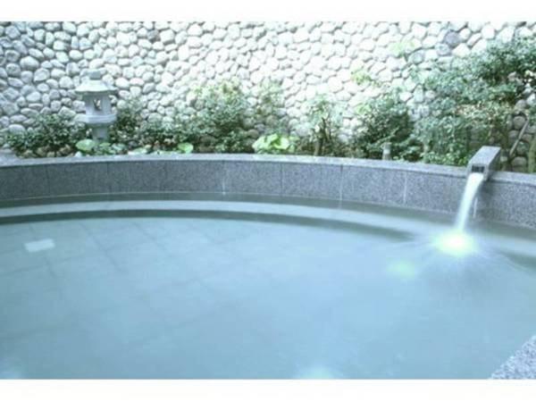 【露天風呂】推古天皇の時代に湧出したと伝わる長野温泉 露天風呂が風情と開放感を与える