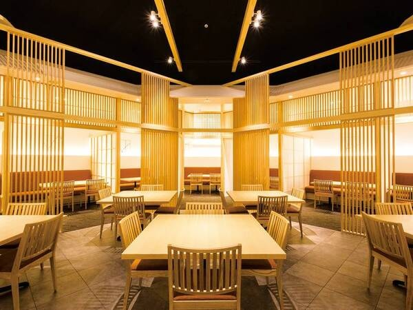 【メインダイニング「遊楽」】木の香りと大迫力の土壁は淡路島出身の左官職人、久住有生氏のデザイン
