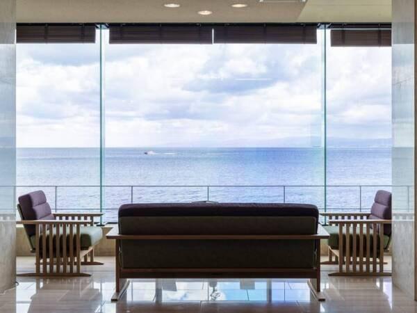 【ロビー】窓の外には大海原が広がる