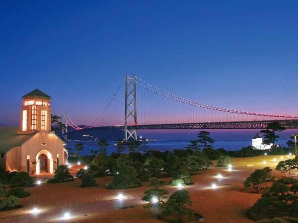 【眺望/例】有栖川宮別邸の面影を残す庭園・チェペル越しに望む幻想的な明石海峡大橋のライトアップと夕景