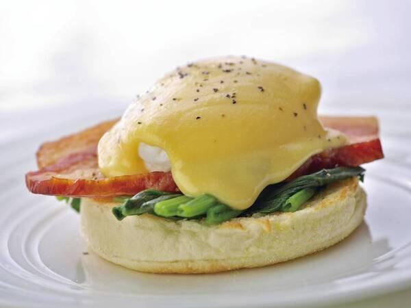 【朝食バイキング/例】人気の実演エッグベネディクト※朝食バイキングは一時中止中です(和・洋から当日選べるセットメニューとなります)