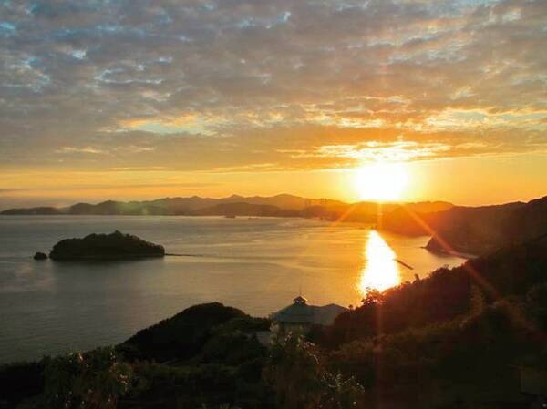 館内からの眺望例/晴れた日は高台から鳴門海峡を望む夕日を