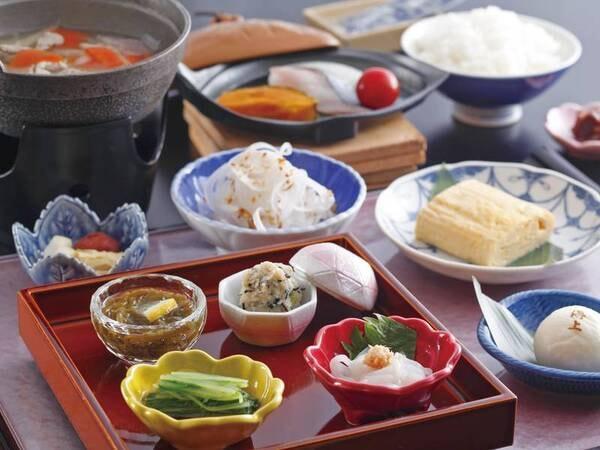 【朝食/一例】広々会場で和定食を