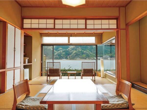 【客室/例】ゆったり流れる円山川を見渡す、和の情緒あふれる空間