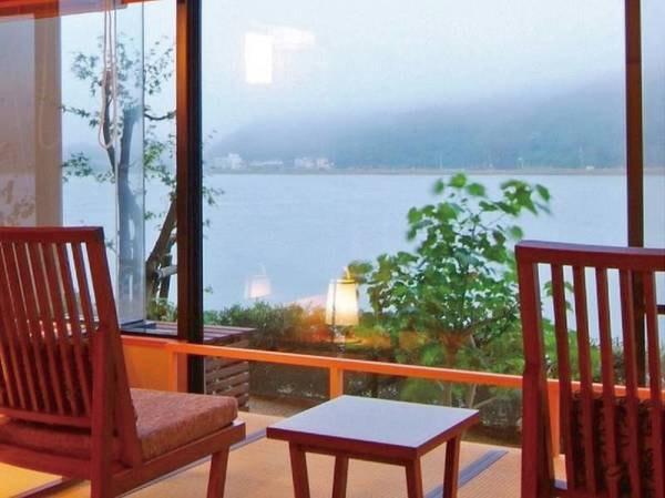 【1階和室眺望/例】大きな窓から雄大な円山川を望む。